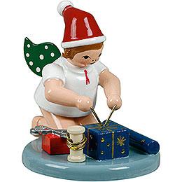 Weihnachtsengel kniend mit Mütze und Geschenken  -  6,5cm